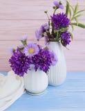 花瓶菊花花,在木背景的响铃 图库摄影