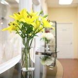 花瓶黄色百合 库存图片