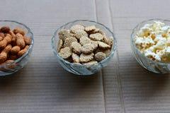 花生、玉米花和rewari 免版税库存图片