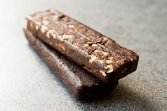 花生巧克力块做用日期果子、可可粉大量、燕麦粥、喜马拉雅盐、苦苣生茯根和纤维 图库摄影