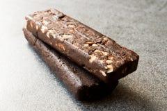 花生巧克力块做用日期果子、可可粉大量、燕麦粥、喜马拉雅盐、苦苣生茯根和纤维 免版税库存图片