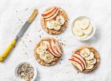 花生酱、苹果、香蕉、胡麻和chia在轻的背景播种薄脆饼干敬酒 免版税图库摄影