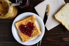 花生酱和心形的果冻三明治 库存照片