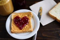 花生酱和心形的果冻三明治 免版税库存照片