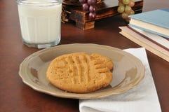花生酱曲奇饼和牛奶在学校以后 免版税库存照片