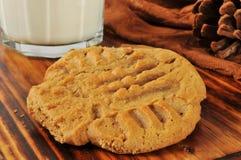 花生酱曲奇饼和牛奶 免版税库存图片