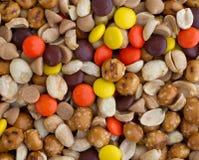 花生酱芯片和糖果足迹混合结束看法 免版税图库摄影