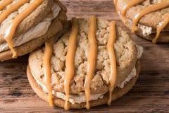 花生酱蛋白软糖将曲奇饼夹在中间 库存照片