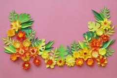 花由纸手工制造制成 在视图之上 复活节花 桃红色背景 圣洁华伦泰的天 免版税库存图片