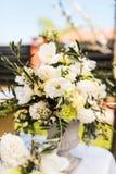 花白色和绿色品种在大中央桌花束的 库存图片