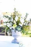 花白色和绿色品种在大中央桌花束的 库存照片