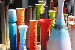 花的五颜六色的花瓶 免版税库存图片