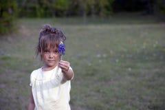给花的女孩 库存照片