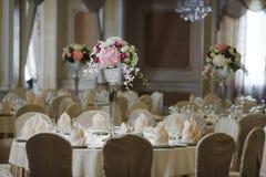 花的布置白色桌布 免版税图库摄影