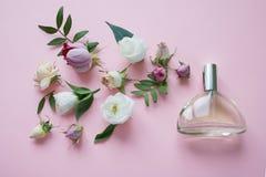 花的布置 花,芬芳,在桃红色背景的香水 免版税图库摄影
