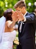 给花的新娘和新郎室外 免版税图库摄影