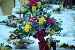花的构成在花瓶的 免版税库存图片