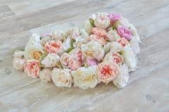 从花的浪漫心脏在木纹理-情人节 库存图片