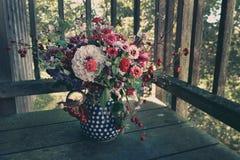 花的美丽的农村花束在早晨光的 图库摄影