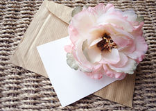 花的美丽的开花的芽在包装纸和wickered背景的 库存图片