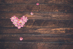 从花的葡萄酒心脏在木桌上 减速火箭的被称呼的瓦伦蒂 库存照片