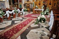 花的装饰在花瓶的在婚礼的教会 图库摄影