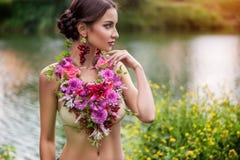 花的装饰的女孩 免版税图库摄影