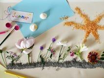 花的设施在蓝色黏土、蓝纸天空,寒风而不是云彩,太阳从橙色海盐和明信片的 免版税库存图片
