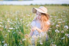 花的领域的小女孩 免版税库存图片