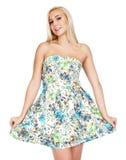 花的年轻美丽的愉快的白肤金发的妇女穿戴 免版税库存照片