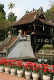 花盆在佛教寺庙被安装了(越南)的庭院 免版税库存照片