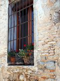 花盆在窗口,托莱多,西班牙里 图库摄影