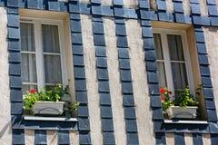 花盆被安置在老布里坦尼房子窗口  免版税图库摄影