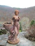 花盆,一个美丽的女孩的雕象, Kamenets Podolskiy,乌克兰 免版税库存照片