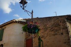 花篮子在南法国镇 免版税库存图片