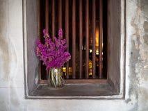 花紫色在窗口,LHONG,曼谷,泰国 库存图片