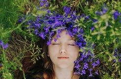 花紫色女孩说谎春天领域 免版税图库摄影