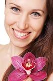花纵向面带笑容妇女 免版税库存照片