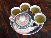 花纹花样在木桌上的茶具 在油罐顶部角钢 免版税库存照片