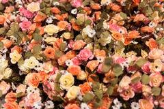花织品和塑料五颜六色的花 木背景详细资料老纹理的视窗 免版税库存照片