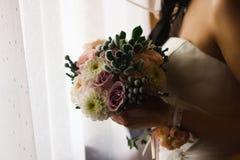 花美丽的婚礼花束在手上新娘 库存图片