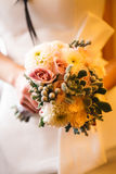 花美丽的婚礼花束在手上新娘 免版税库存照片