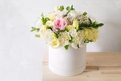 花美丽的嫩花束在白色箱子的在与空间的轻的ackground文本的 免版税库存照片