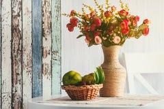 花美丽的花束在花瓶的在桌上在屋子里 免版税库存照片