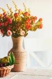 花美丽的花束在花瓶的在桌上在屋子里 库存照片