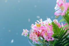 花美丽的花束在水背景的  免版税库存图片