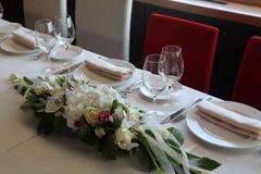 花美丽的花束欢乐在桌上 免版税库存图片