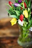 花背景:五颜六色的郁金香花束在一个玻璃花瓶的在自然木背景,明信片,母亲的mocap 库存图片