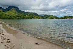 花花公子在塞舌尔群岛的Vallon海湾松弛看法  库存照片