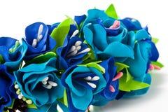 花花圈从fameirana手工制造轻轻地蓝色的和紫色在白色背景 库存图片